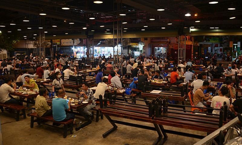 Saigon restaurants found crowded despite Covid-19 ban