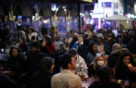English diners rush back to restaurants as lockdown eases